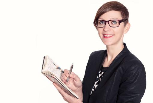 Christina mit Notizbuch.jpg